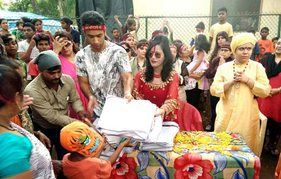 Shri Radhe Maa donates Tarpaulin sheets(Taalpatri) and food grains to poor tribes at National Park