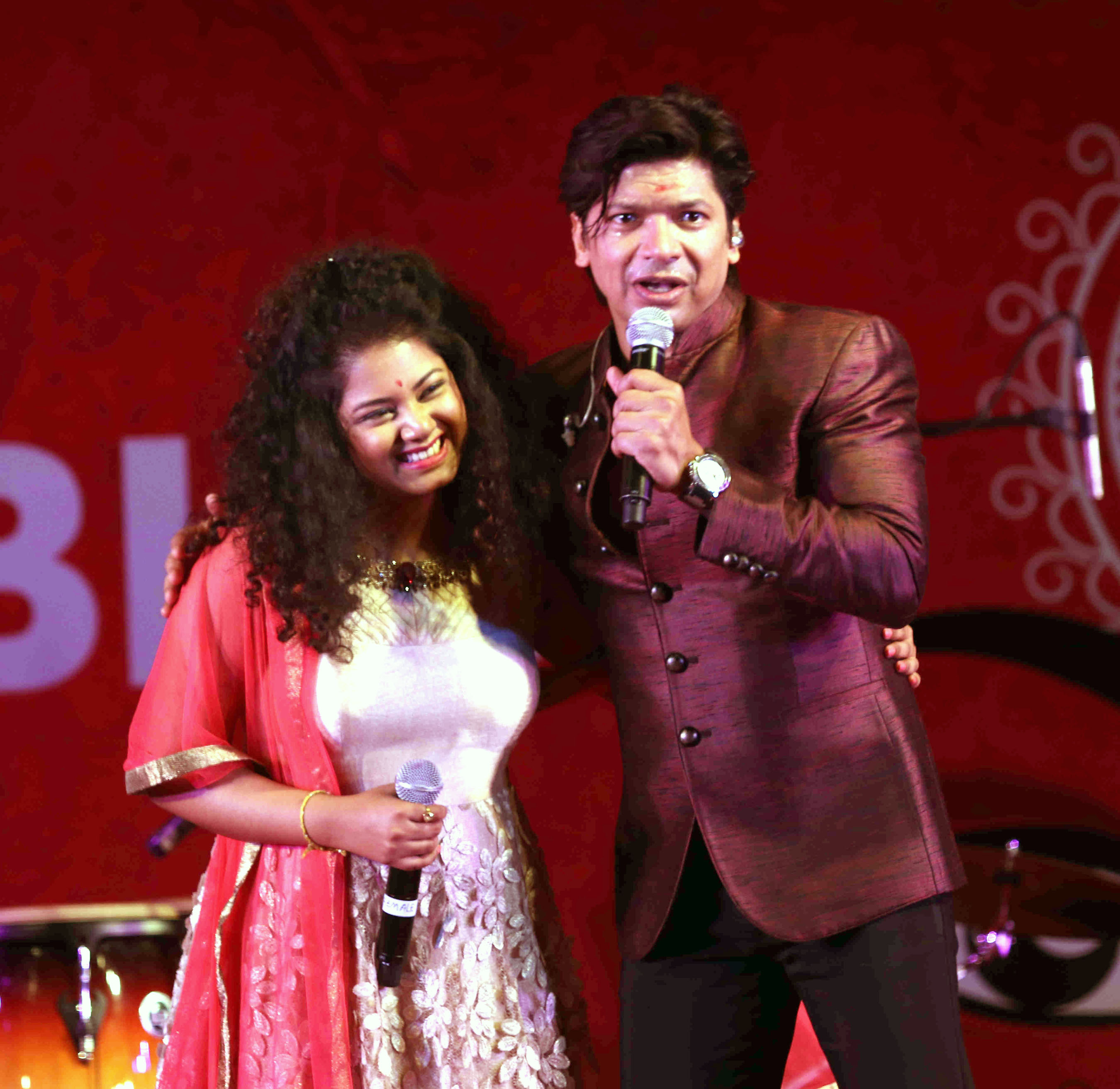 Singer Anwesshaa performed live with Shaan and Sonu Nigam at Juhu Durga puja mandal.