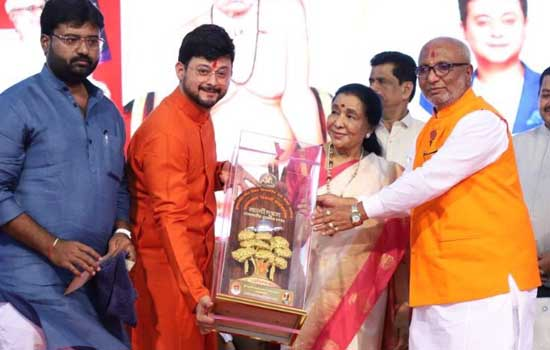 Asha Bhosle Felicitated with Swami Ratna Award